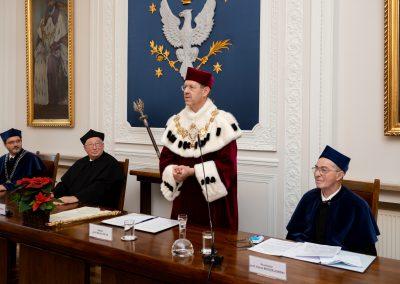 Rektor ogłasza decyzję o odnowieniu doktoratu Profesora Jana Kieniewicza