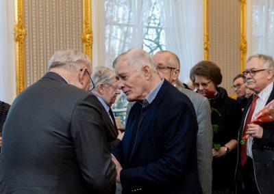 Życzenia profesorowi składają profesorowie Piotr Węgleński, Maciej Koźmiński, Włodzimierz Lengauer, Barbara Bokus i Ireneusz Krzemiński
